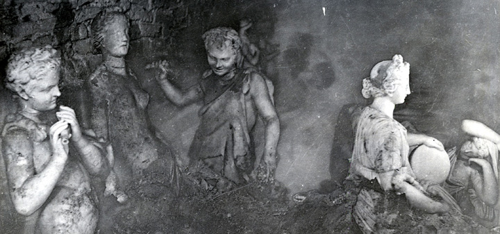 Открытие захоронений скульптур в подвалах Павловского дворца.