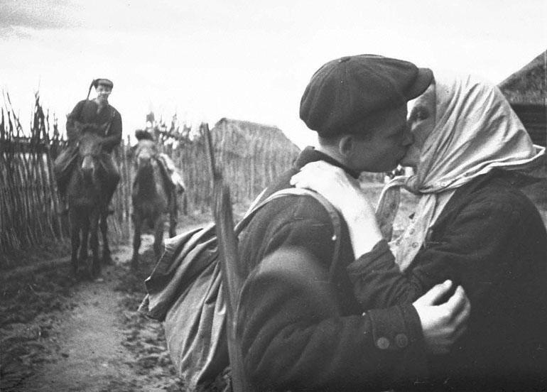Колхозница одного из сел отправляет своего сына в партизанский отряд  1942 г. Место съемки: Ленинградская область