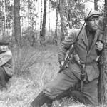 Партизаны одного из отрядов в засаде на лесной дороге